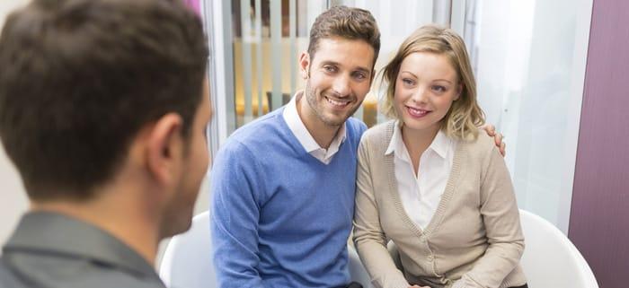 Paar beim Kreditgespräch