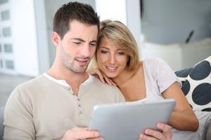 Paar beim Online Kredit Vergleich